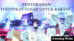 Presiden Jokowi membagikan sertifikat tanah di Banjarbaru Kalimantan Selatan Senin 26 Maret 2018. (Foto courtesy: Biro Pers Istana)