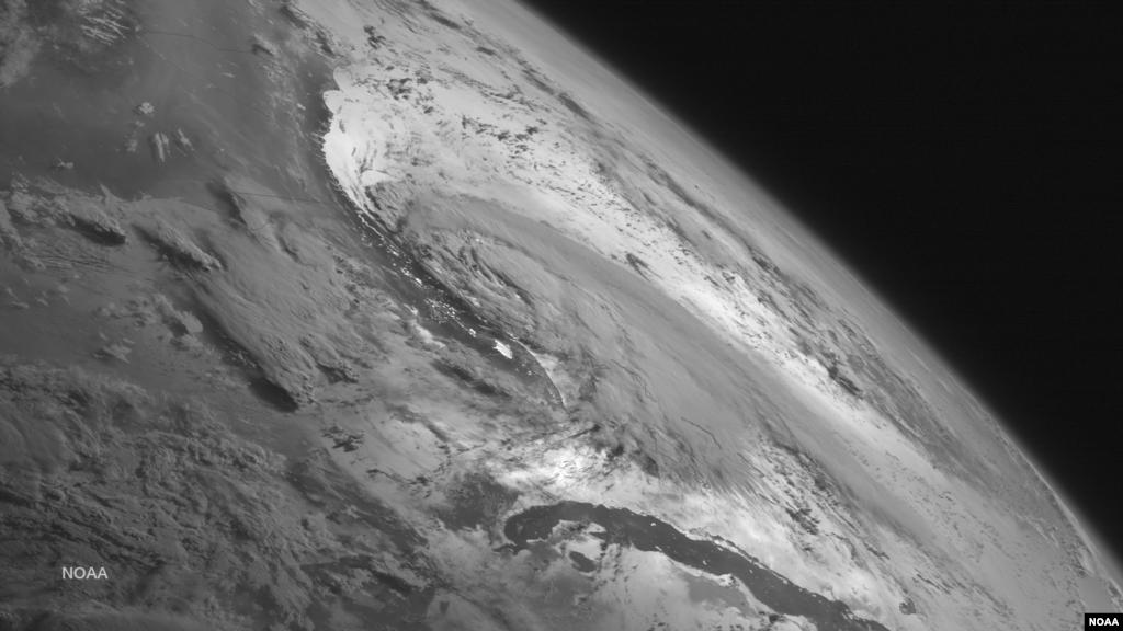 Gambar satelit menunjukkan badai tropis Arthur mendekati kawasan AS.