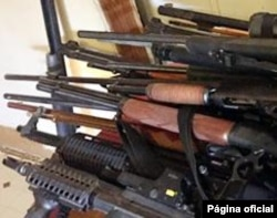 Armas confiscadas en operación antipandillas de la policía de inmigración de EE.UU. entre abril y mayo.