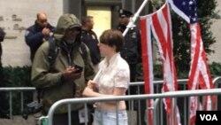 Omunye wabatshengisela duzane le Trump Tower eManhattan, New York.