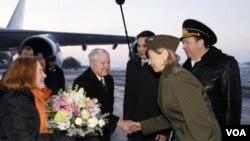 Menteri Pertahanan Amerika Robert Gates bersama isterinya, Becky disambut setibanya di St. Petersburg (21/3).