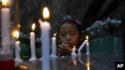 중국 간쑤성에서 분신 자살한 티베트 여성을 애도하기 위해 촛불을 밝히고 있는 한 티베트 소녀(자료사진)