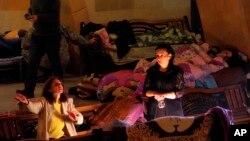 人們在納-卡地區的一處臨時防空洞內棲身。 (2020年10月30日)