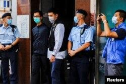 香港警察逮捕了支聯會成員之一梁錦偉(左二)。(2021年9月9日)