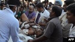Relawan India dan petugas medis mengangkat tentara yang terluka di kantor Pusat Paukan kepolisian (CRPF) menuju rumah sakit Ramkrishna Care di provinsi Raipur akibat serangan pemberontak Maois di Chhattisgarh, India Tengah (11/3).