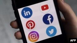 手机上显示的社交媒体应用程序的标识。