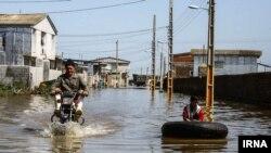 مقامات میگویند در حال حاضر ۱۱ استان درگیر سیل و آبگرفتگی هستند. این تصویری مربوط به آبگرفتگی بعد از سیل در شهر گمیشان است.