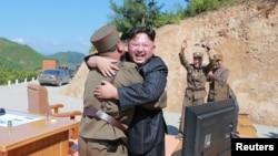 """朝鲜领导人金正恩在洲际弹道导弹""""哈桑十四号""""测试发射成功后,与技术人员拥抱(2017年7月5日)"""