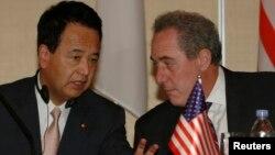 마이클 프로먼 미 무역대표부 대표(오른쪽)와 아마리 아키라 일본 TPP 담당상. (자료사진)
