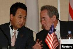 2014年5月20日美国贸易代表迈克尔·弗罗曼(右)与日本经济大臣甘利明在太平洋沿岸地区部长新闻发布会开始前交谈