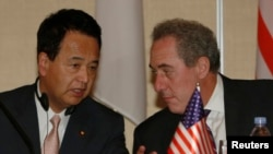 FILE - U.S. Trade Representative Michael Froman (R) speaks with Japan's Economics Minister Akira Amari as they take their seats before a news conference with other pacific rim ministers to conclude the Trans-Pacific Partnership (TPP) Ministerial meeting i