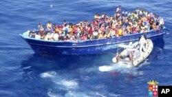 Di dân được hải quân Ý cứu vớt ngoài khơi Địa Trung Hải, ngày 22/8/2015.