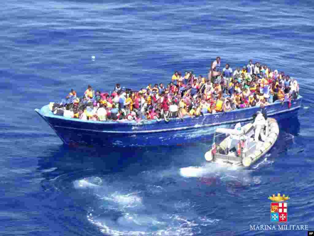 د مدیترانې په بحیره کې افریقایي پناه غوښتونکي. سږکال په زرگونو مهاجر چې زیات شمیر یې افریقایان دي اروپا ته د رسیدو په لار په سمندر کې غرق شوي دي