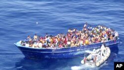 2015年8月22日意大利海军图片: 意大利海军小艇接近装满移民的船只