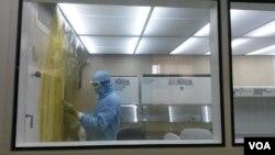 Un technicien à l'Institut Pasteur de Dakar, au Sénégal, stérilise un des laboratoires où le vaccin contre la fièvre jaune est faite. (VOA / J. Lazuta)