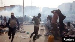 Des manifestants dispersés à coup de gaz lacrymogène à Nouakchott, Mauritanie, 26 mai 2012.