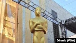 Patung Oscar di pintu masuk Dolby Theatre, tempat berlangsungnya ajang Oscars 2016 (Dok:VOA/Dhania)