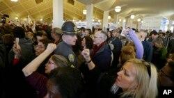 Manifestantes llenaron las galerías de la rotonda de las dos cámaras de la legislatura de Carolina del Norte para protestar las medidas de la mayoría republicana.