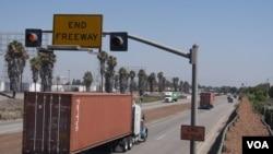 高速公路上的柴油卡車熙來攘往 (美國之音國符拍攝)
