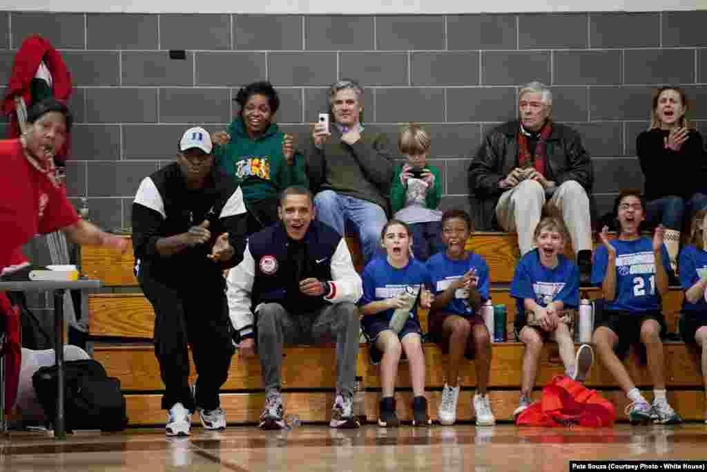 Le président remplace les entraîneurs absents lors d'un match à l'école de sa fille, Sasha, le 5 février 2011. (Official White House Photo by Pete Souza)