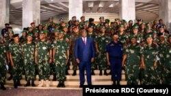 Président Félix Tshisekedi kati na bakambi ya mampinga na ya police na Palais ya nation, Kinshasa, 1er décembre 2020. (Pérsidence RDC)