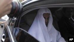 El principal fiscal de Arabia Saudí, Saud al-Mojeb, sale del consulado de su país en Estambul, el 30 de octubre de 2018.