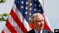 美国司法部长塞申斯2017年4月11日在亚利桑那州视察美墨边境后在记者会上讲话。