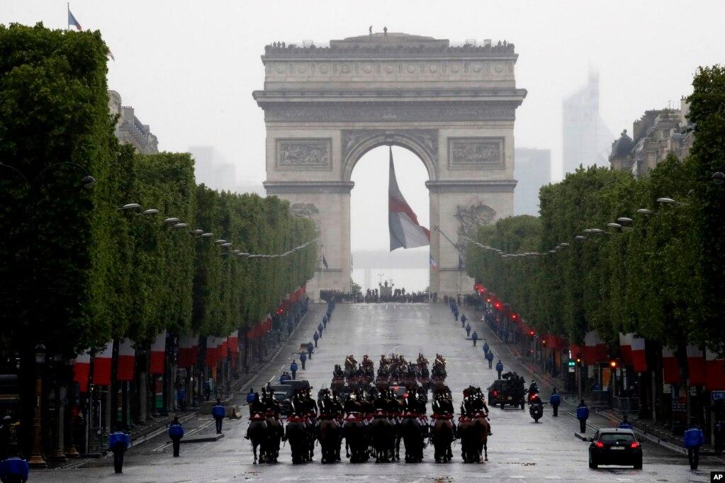 프랑스 개선문에서 제2차 세계대전 승전 74주년을 기념하여 에마뉘엘 마크롱 대통령을 태운 차량이 샹젤리제 거리로 이동하고 있다.