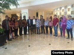 Reynold Wijaya (ke-10 dari kiri) bersama tim Modalku dan penasihat, Chatib Basri (ke-9 dari kiri) (dok: Reynold Wijaya)