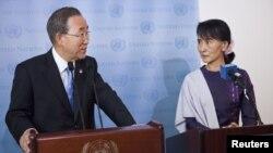 Tổng thư ký LHQ Ban Ki-moon và lãnh đạo đối lập Miến Điện Aung San Suu Kyi phát biểu tại 1 buổi họp báo ở New York, 21/9/2012