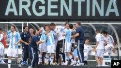 Lionel Messi dipeluk oleh rekan-rekan timnya setelah mencetak gol yang membawa kemenangan Argentina atas Brazil, 4-3, Juni lalu (foto: dok).