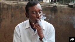 Wani Dan kasar Indiya na zukar taba sigari.