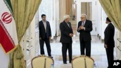 Bộ trưởng Ngoại giao Iran Mohammad Javad Zarif (thứ 2 bên trái) nói chuyện với Đặc sứ Lakhdar Brahimi tại Tehran, Iran, 26/10/2013