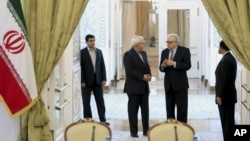 伊朗外長扎里夫(左二)與聯合國與阿盟他的敘利亞特使卜拉希米交談.