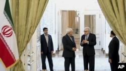 伊朗外长扎里夫(左二)与联合国特使卜拉希米10月26日在伊朗首都德黑兰抵达记者会现场