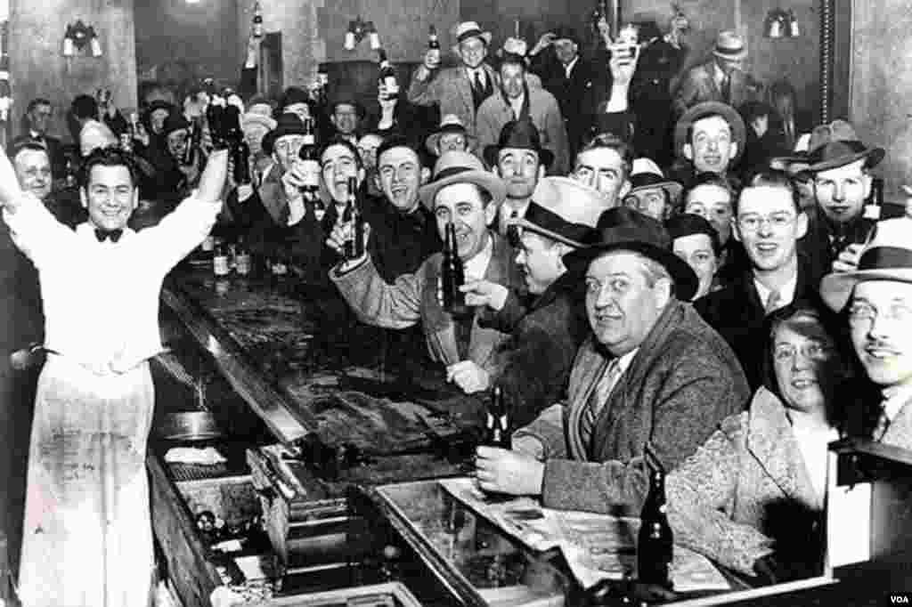 Amerika vətəndaşları alkoqollu içkilərə qoyulan qadağanın ləğvini bayram edir. 5 dekabr, 1933.