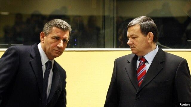 Ante Gotovina (kiri), mantan komandan tentara Kroasia dan Mladen Markac, mantan komandan polisi Kroasia dalam ruang sidang Mahkamah Internasional di Den Haag (16/11). Mahkamah Internasional telah membebaskan kedua jendral ini dari tuduhan sebagai pelaku kejahatan perang Balkan 1991-1995.
