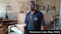 Un enseignant moniteur dans l'atelier de menuiserie sous équipé du centre national de réhabilitation des handicapés du Cameroun, à Yaoundé, le 13 mars 2017. (VOA/Emmanuel Jules Ntap)