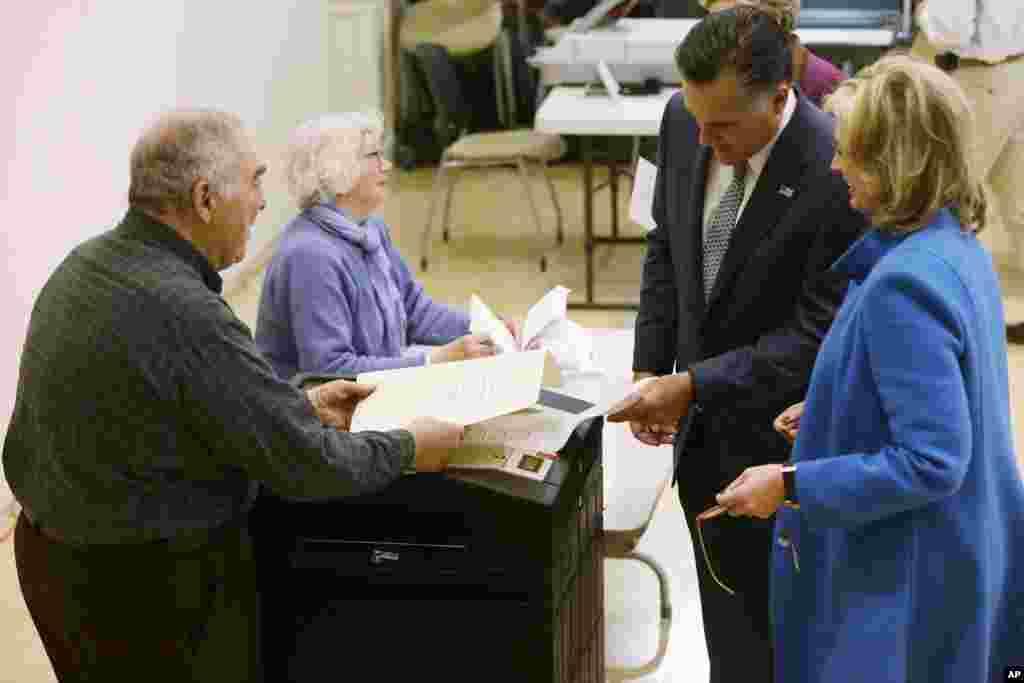 6일 미국 매사추세츠주에 벨몬트에서 투표하는 미트 롬니 공화당 대통령 후보 부부.