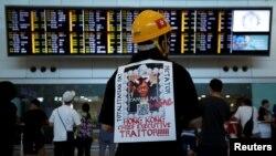 Más de 1.000 personas vestidas de negro llenaron la sala de llegadas del Aeropuerto Internacional de Hong Kong, donde recibieron a los visitantes extranjeros.