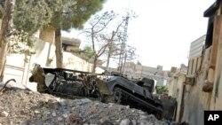 Sebuah tank pasukan Suriah yang rusak akibat serangan pemberontak di kota Idlib (foto: dok).