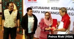 Alissa Wahid menerima kembali Medali Ramon Magsaysay Award dari Gusdurian Surabaya, medali ini diterima Gus Dur pada 1991 dan sempat hilang hingga ditemukan kembali di pasar loak di Surabaya, 27 Juni 2019. (Foto: Petrus Riski/VOA)