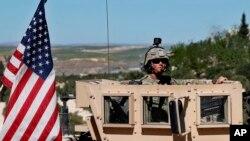 叙利亚北部装甲车上的美国军人 - 资料照片