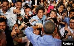 """奥巴马在秘鲁首都利马举行的""""市政厅大会""""风格的拉丁美洲青年领导人大会上"""