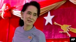 Pemimpin oposisi Myanmar Aung San Suu Kyi seusai memberikan keterangan kepada pers di Yangon, Myanmar (5/11).