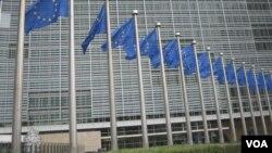 Флаги ЕС перед официальным зданием в Брюсселе