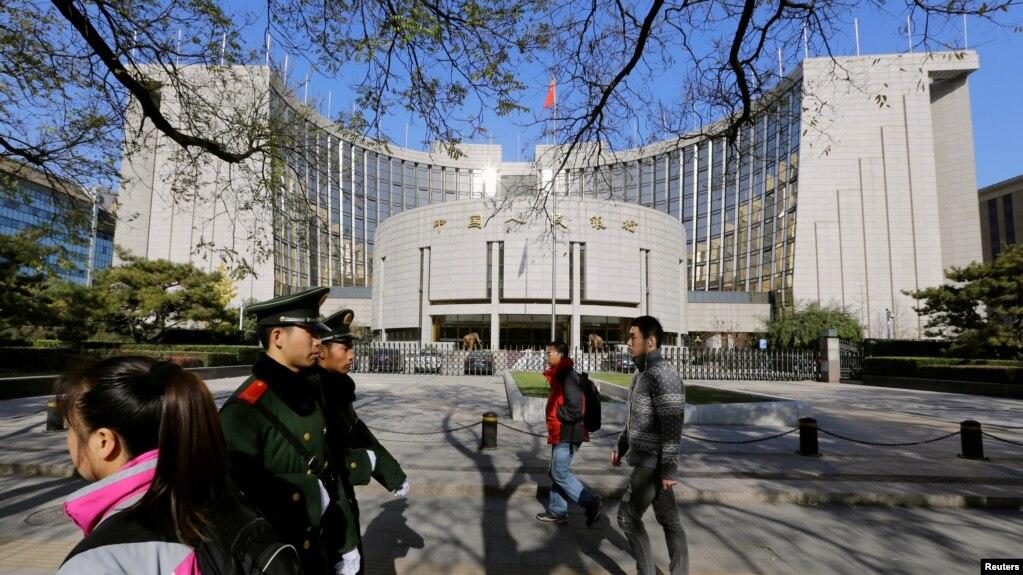 警察和行人走過中國央行——中國人民銀行總部大樓(2013年11月20日)