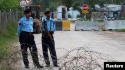 9일 파키스탄 대법원이 페르베즈 무샤라프 전 대통령에게 보석을 허가한 가운데, 무샤라프 전 대통령의 집앞을 경찰들이 지키고 있다.