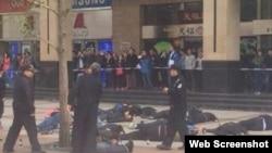 北京王府井街头几十人喝农药自杀(网络图片)