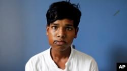 인도의 17살 소년 아쉬크 가바이군이 복압치아종을 앓아 232개의 치아를 제거하는 수술을 받았다. 가바이군이 뽑아낸 치아를 앞에 두고 앉아있다.